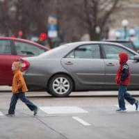 Ecco perché per i bambini è così complicato attraversare la strada