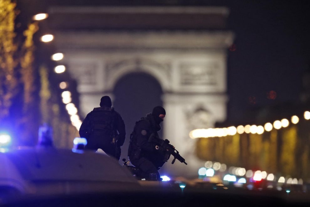 Parigi, sparatoria sugli Champs-Élysées: il fotoracconto
