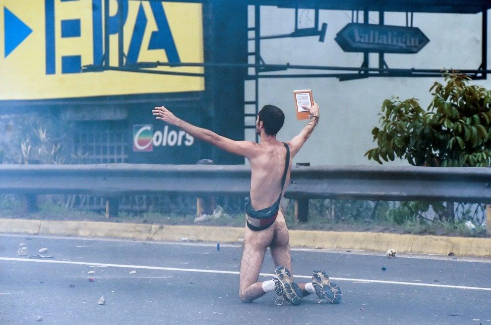 Venezuela, la protesta del manifestante contro i blindati: nudo e con la Bibbia in mano