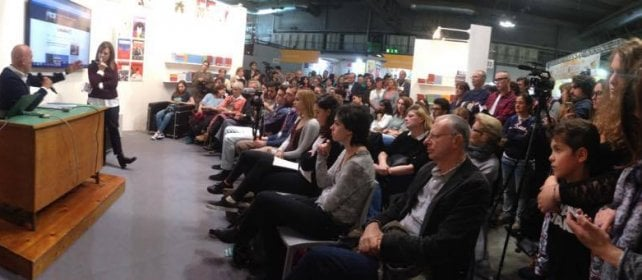 Bisio, Mazzariol, Marzano e i linguisti folla e dibattiti allo stand Robinson -   video