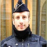 Xavier, il poliziotto ucciso agli Champs-Élysées: 37 anni, attivista gay, era alla...