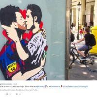 'L'amore è cieco': il bacio tra Messi e Ronaldo, ma è solo un dipinto a Barcellona