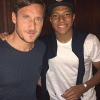Aspettando Monaco-Juve, Mbappé si fa un selfie con Totti