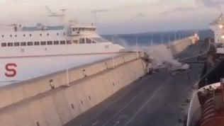 Il traghetto è fuori controllo:schianto contro il molo