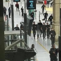 Parigi, panico in stazione per uomo col coltello. Vigilia elezioni tra allerta terrorismo...