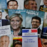 """Francia al voto, seggi aperti per le presidenziali. Hollande: """"Dura prova, ma democrazia..."""