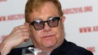 """Grave infezione per Elton John, """"ha rischiato di morire"""". Cancellati i prossimi concerti"""