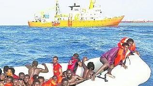 """Saviano e l'attacco di Di Maio: """"Ecco perché difendo le Ong""""·Frontex: """"Salvare vite è obbligoi trafficanti ne approfittano"""""""