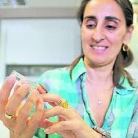 """Biologa italiana scopre il bruco che mangia la plastica: """"Così è nata per caso la mia..."""