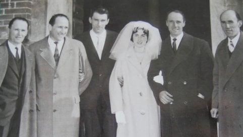 Livio al suo matrimonio con i fratelli che salvò dal rastrellamento