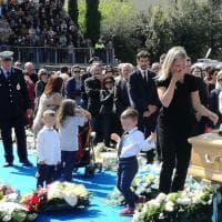 Ciclismo, folla e commozione ai funerali di Scarponi
