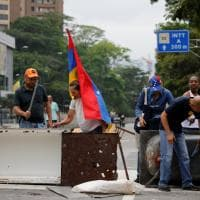 Venezula nel caos: scontri senza fine tra manifestanti e polizia