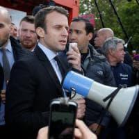 """Francia, Le Pen a sorpresa alla Whirlpool. E gli operai fischiano Macron. """"Non credete a..."""