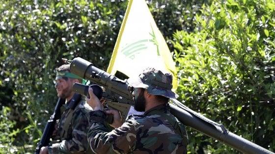 """Siria, raid di Israele contro Hezbollah: """"enorme"""" boato all'aeroporto di Damasco. Abbattuto un drone sul Golan"""