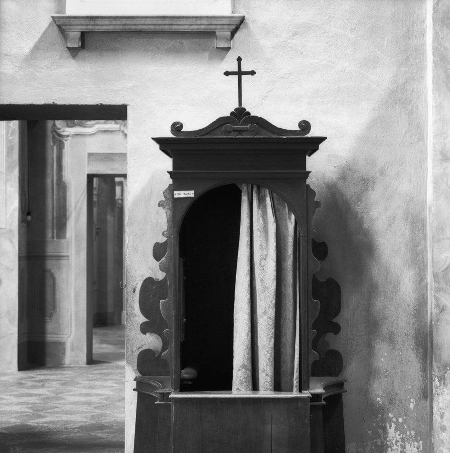 Natura morta con confessionali, ormai vuoti