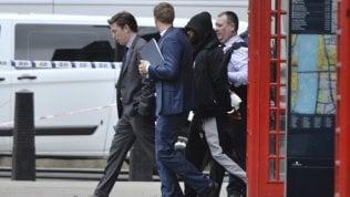 Londra, uomo bloccato davanti a Westminster: arrestato con accusa di terrorismo