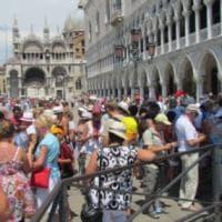 """Venezia """"soffocata"""" dai turisti: ora sperimenta il conta-persone per gli accessi"""