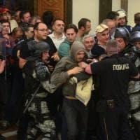 Macedonia, attivisti di destra fanno irruzione in Parlamento: deputati feriti