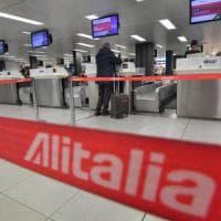 Gli italiani scaricano Alitalia: per otto su dieci deve fallire