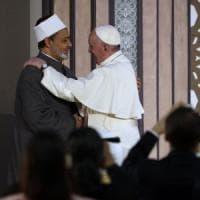 """Papa in Egitto, Francesco dal Grande Imam di Al-Azhar: """"Siamo fratelli e sorelle sotto il..."""