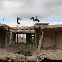 Siria, salti nella città martoriata: il parkour sulle rovine della guerra