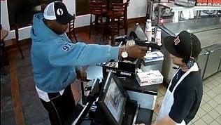 Rapina con la pistola puntata alla testa: cameriere resta impassibile