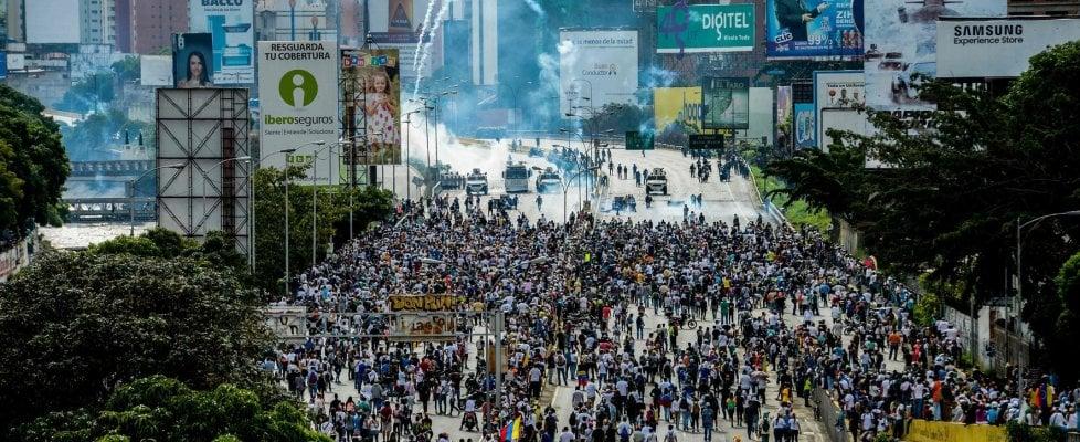 """Maduro: """"Riformiamo lo Stato"""". Opposizione in piazza, """"sta tentando un golpe"""". Durissimi scontri"""