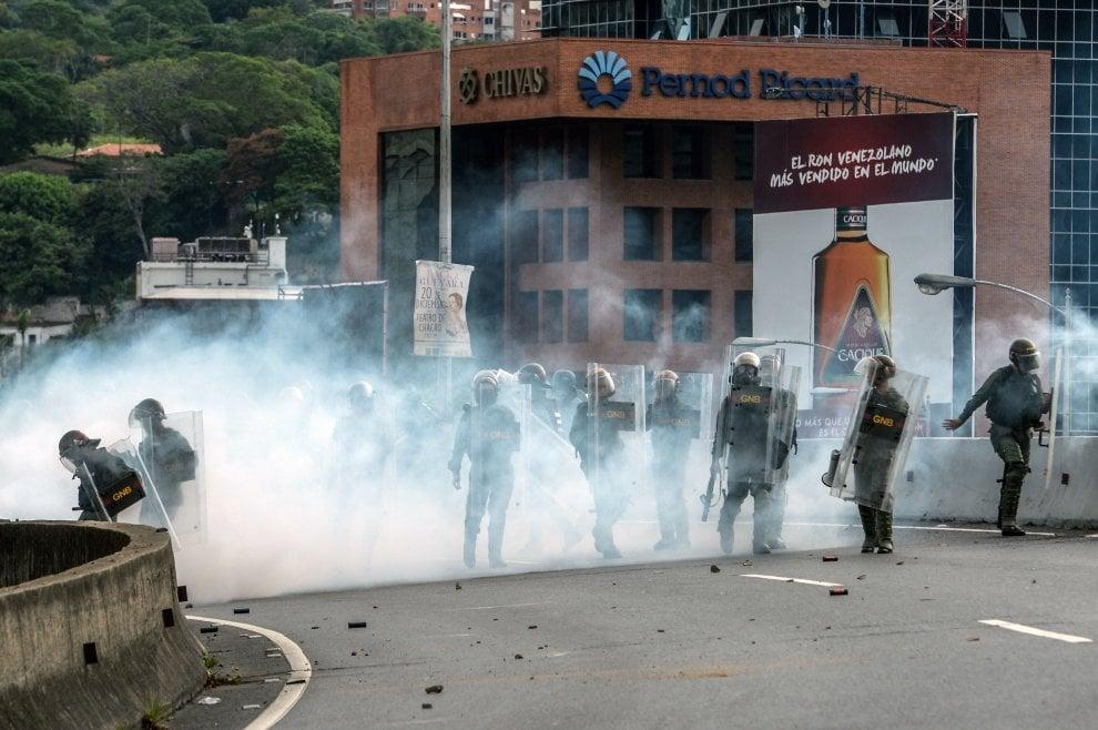 Venezuela, opposizione in piazza contro Maduro: scontri in tutto il paese per il primo maggio
