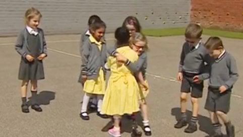 Torna a scuola con la protesi alla gamba: la reazione dei compagni è meravigliosa