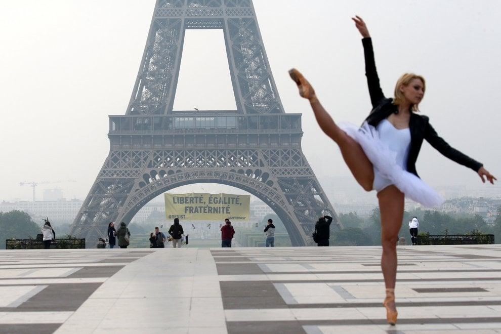 """Parigi, striscione di Greenpeace sulla torre Eiffel contro Marine Le Pen: """"Liberté, égalité, fraternité"""""""