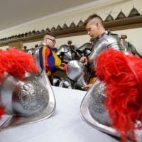 Vaticano: la vestizione delle guardie svizzere prima del giuramento