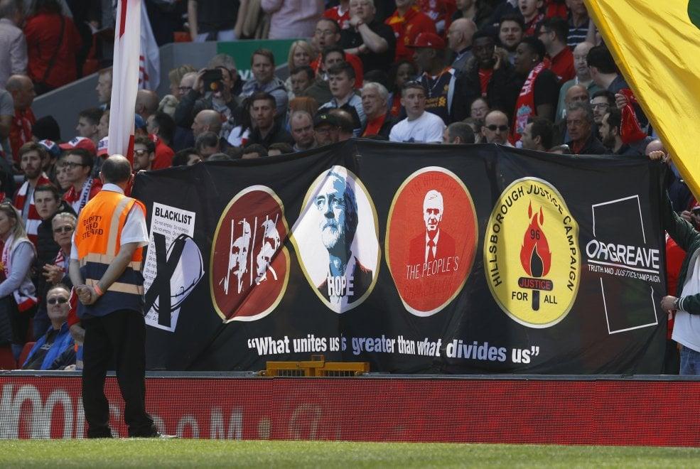 Liverpool, nella Kop uno striscione per Corbyn