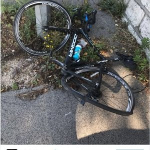 """Ciclismo, paura per Froome: macchina lo scaraventa a terra, illeso. """"L'autista lo ha fatto apposta"""""""