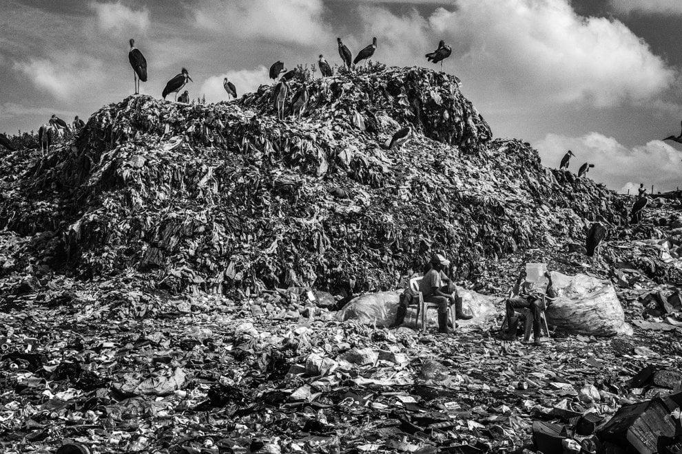 Nairobi, viaggio tra i Chokora: i bambini dello slum che vivono tra i rifiuti