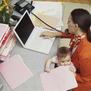 """Il """"lavoro di mamma"""" varrebbe oltre 3mila euro netti al mese, se fosse pagato"""