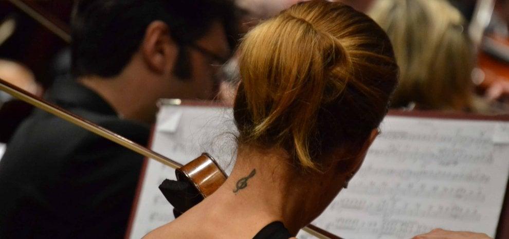 La pianista sexy, il primo violino solare, bauli grandi come camerini, tanti applausi: è Santa Cecilia in tournée