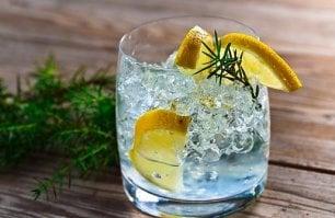 Gin, il mondo intorno  a una bottiglia: dieci cocktail  che hanno fatto storia