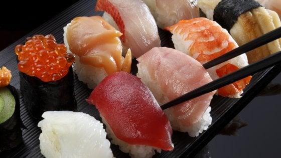 Sushi, occhio al parassita nel pesce crudo. E uno studio lo fotografa