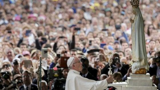 Il Papa a Fatima: abbattere muri e usa le parole del Terzo Segreto