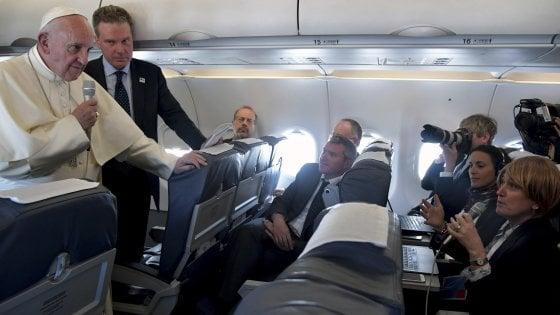 """Papa Francesco sull'aereo da Fatima: """"Sulla pedofilia fatti progressi. Trump? Voglio parlarci senza pregiuzi"""""""