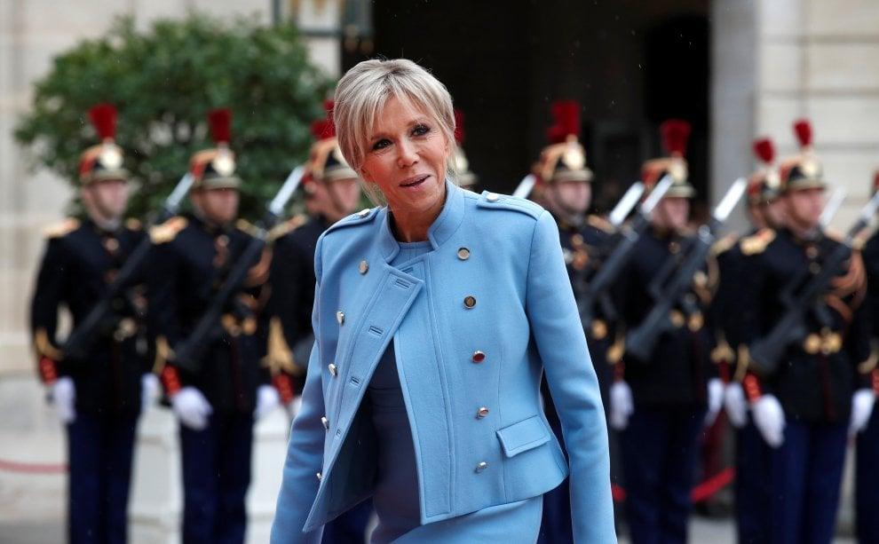 """Francia, Macron è presidente. Brigitte arriva sola, abito e borsa """"in prestito"""""""