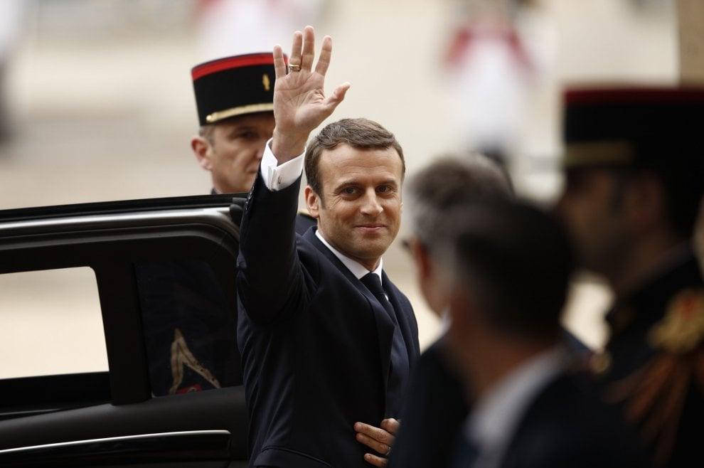 """Francia, per Macron un abito low cost: """"messaggio"""" sullo scandalo Fillon"""