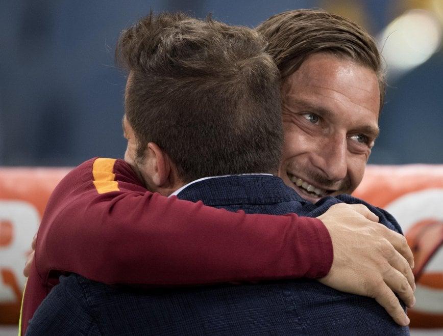 Roma-Juventus: l'abbraccio tra Francesco Totti e l'inviato Del Piero