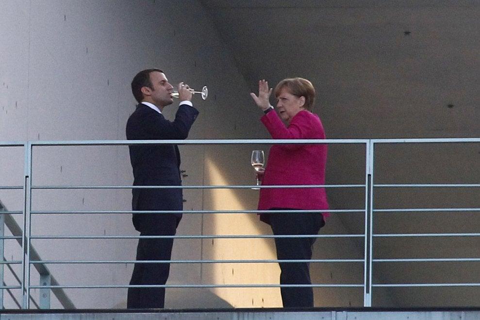 Berlino, il brindisi di Merkel e Macron dopo la conferenza stampa: le foto sulla balconata