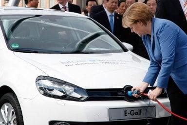 Merkel frena sulle auto elettriche. Obiettivi da rivedere