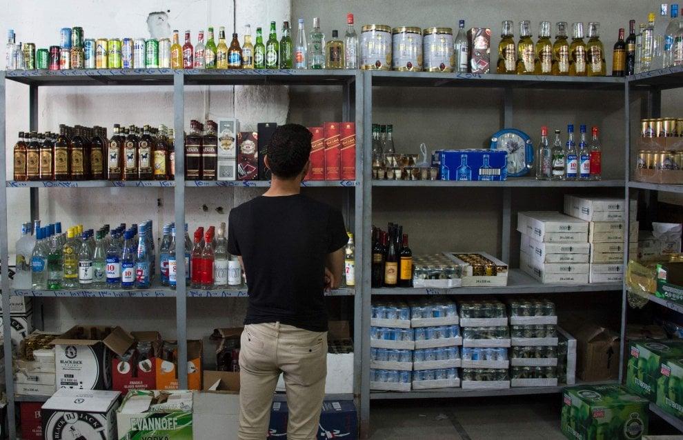 Mosul, boom di clienti per il primo negozio di liquori riaperto dopo l'occupazione dell'Isis