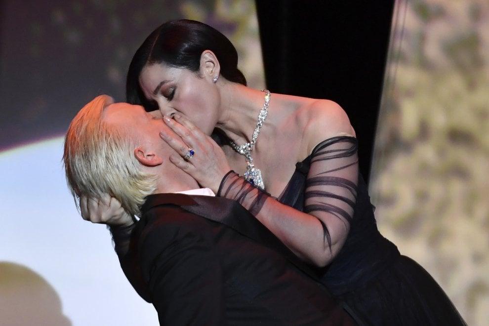 Cannes, Monica la madrina balla il tango e bacia il ballerino