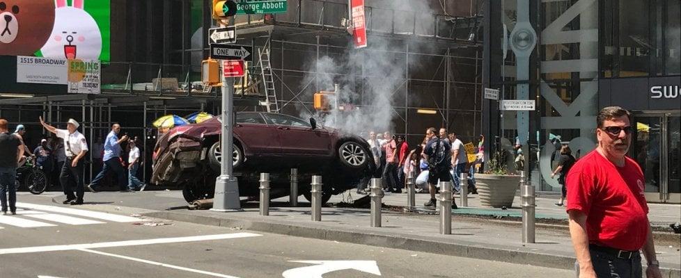 """New York, auto contromano sui pedoni a Times Square. De Blasio: """"Morta una donna, 22 feriti"""". Arrestato conducente. Polizia: non è terrorismo"""
