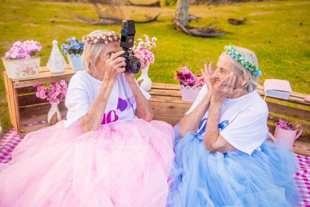 Brasile, 100 anni insieme: i coloratissimi ritratti delle gemelle conquistano la rete