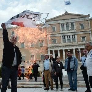 """Grecia, via libera del Parlamento a nuove misure austerity. Tsipras: """"Nel 2018 fuori dal memorandum"""""""